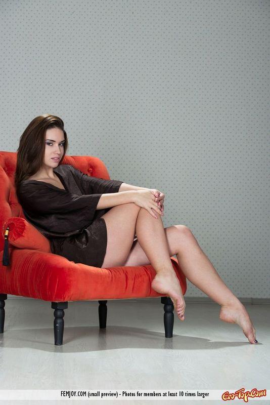 Сидя в садовом кресле рыжая кореянка хвастается голой вагиной